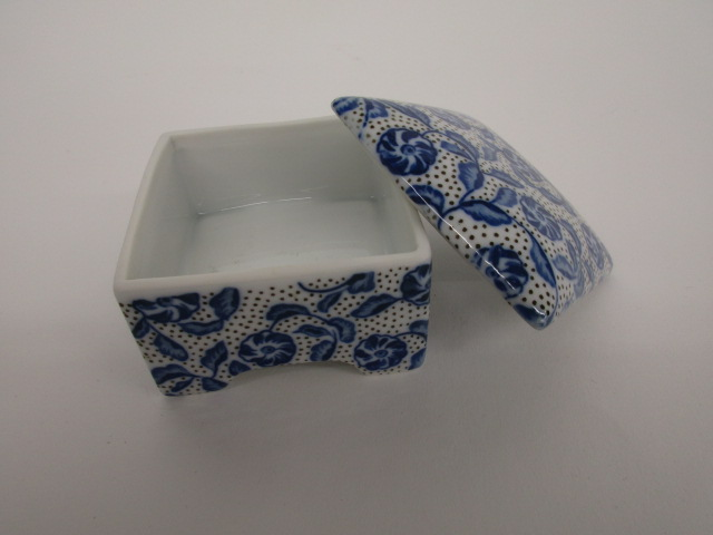 Blue and White Box w Lid Porcelain