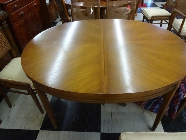 Mid Century Henredon Circa 1960 Dining Table w/ Tapered Legs