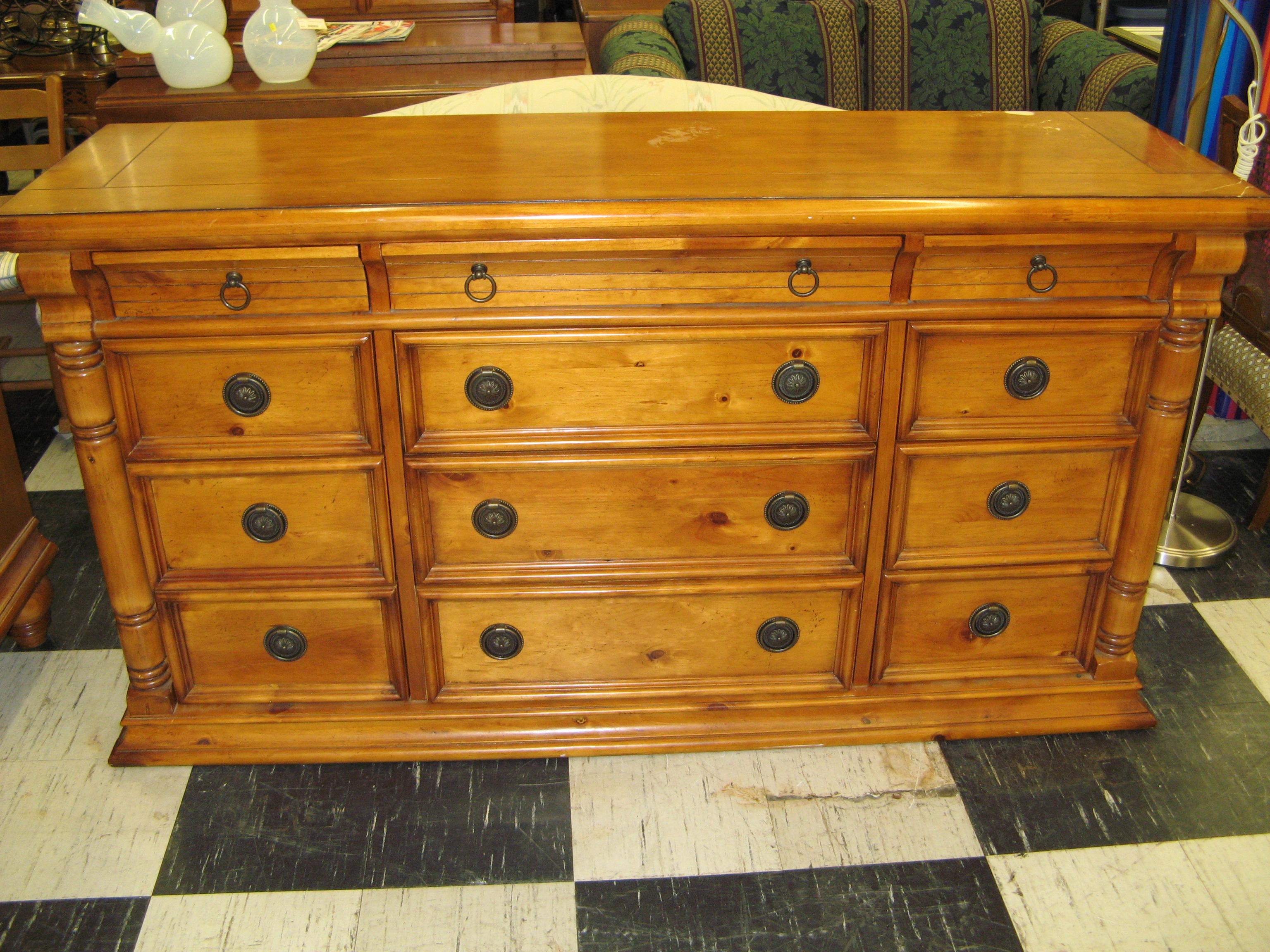 Pine 12-Drawer Dresser with Columnar Corners